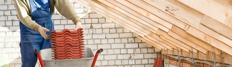 dakdekker aan de slag met dakbedekking