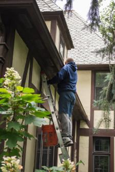 Dakgoten vervangen in Gouda is minder snel nodig wanneer je ze goed schoon houdt