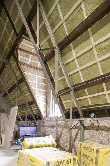 Een schuin dak isoleren in Gouda door isolatiemateriaal aan de binnenzijde aan te brengen