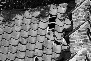 Verschoven en gebroken dakpannen zorgen voor daklekkage in Gouda
